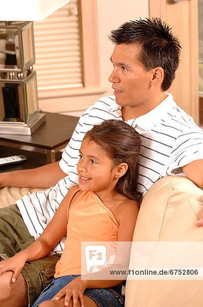 Menschlicher Vater  Couch  Tochter