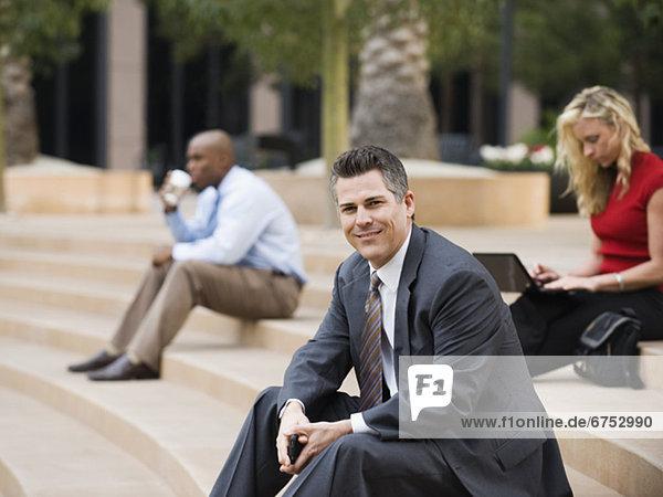 Stufe  sitzend  Mensch  Menschen  Außenaufnahme  Business