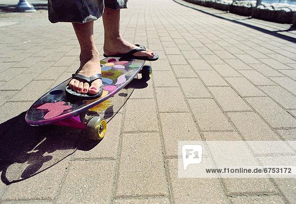 Frau  Skateboard  Flip-Flops