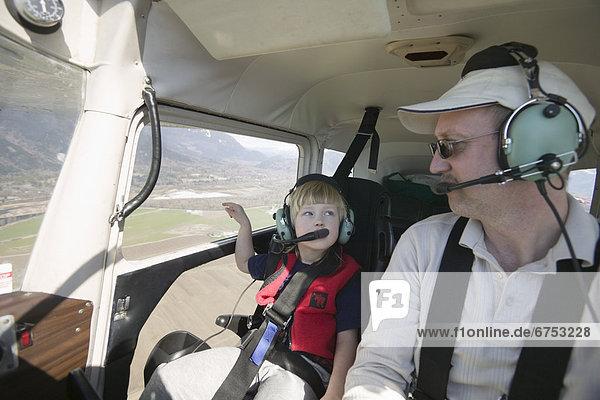 fliegen  fliegt  fliegend  Flug  Flüge  Menschlicher Vater  klein  Tochter  Hobel