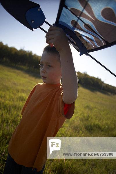 Junge - Person  Feld  Gleitschirm  Hobel