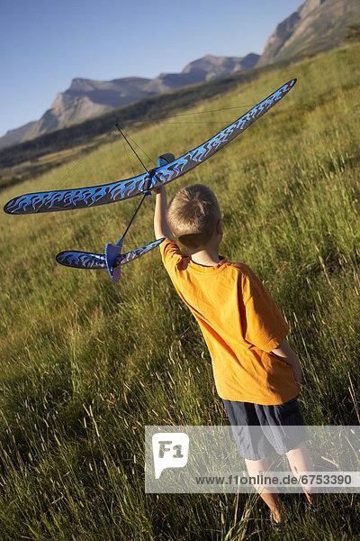 Junge - Person  Feld  Gleitschirm  Pincher Creek  Alberta  Alberta  Hobel