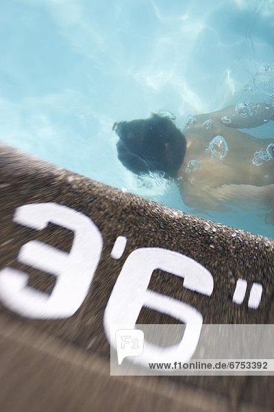 Junge - Person Unterwasseraufnahme schwimmen