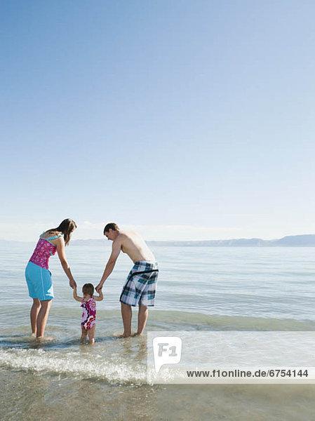 Menschliche Eltern  Urlaub  Tochter  Baby  spielen