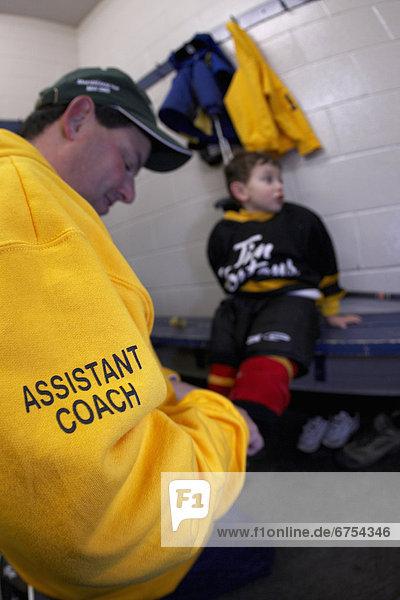 anziehen Rollschuh nehmen Assistent Menschlicher Vater Zimmer Hockey