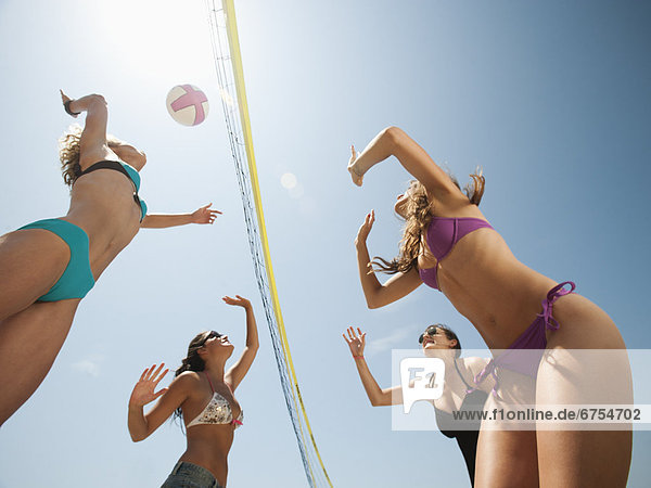 Frau  Strand  jung  Volleyball  spielen