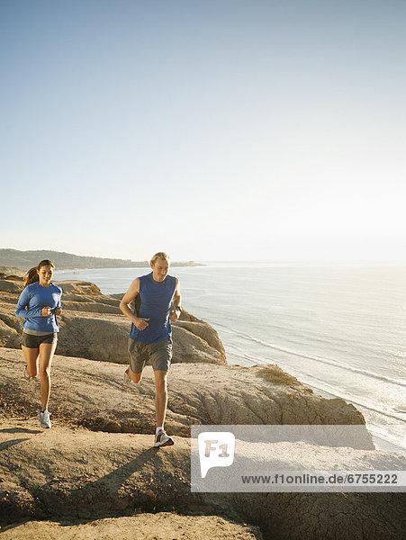 Vereinigte Staaten von Amerika  USA  Frau  Mann  Küste  Meer  joggen  vorwärts  Kalifornien  San Diego