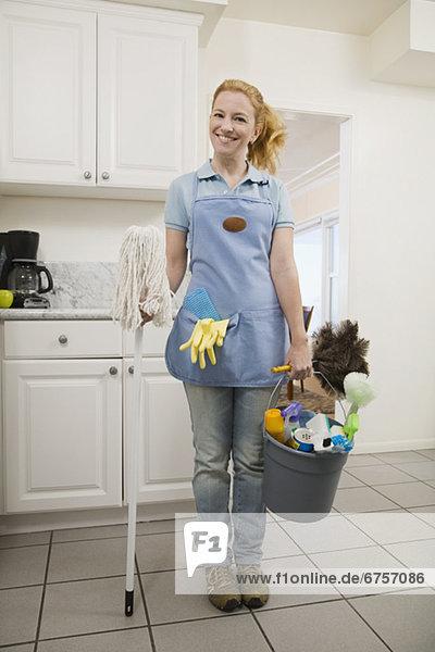 Frau Reinigung halten Gegenstand Wischmopp