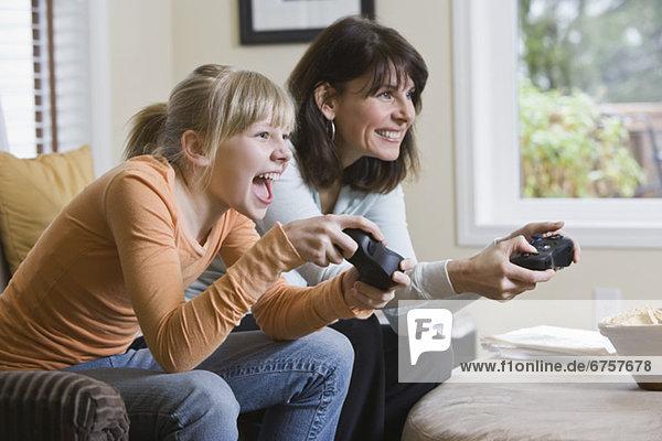 Mutter und Tochter spielen von Videospielen