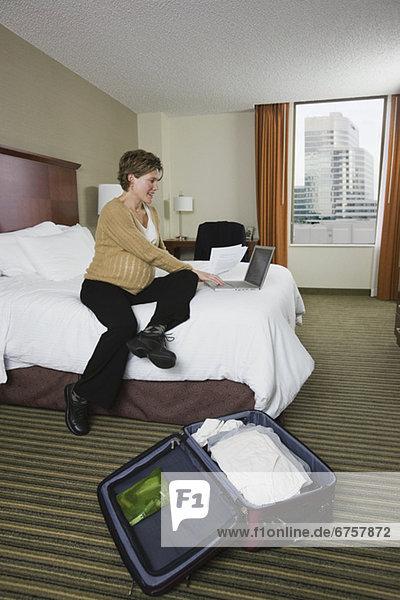 Geschäftsfrau Eingabe über Laptop