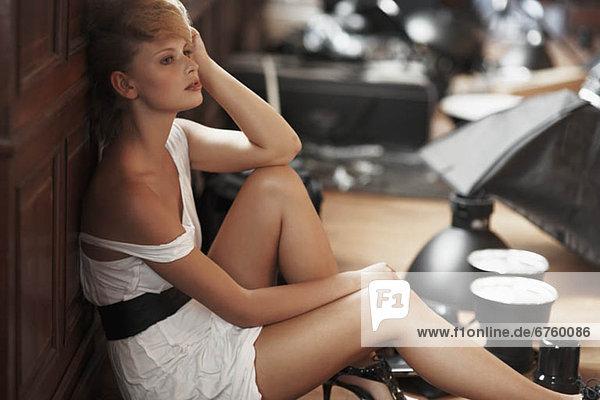 sitzend  Boden  Fußboden  Fußböden  Langeweile  Modell  Mode