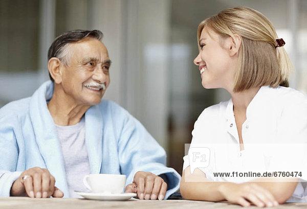 Patientin  sitzend  Senior  Senioren  Tisch