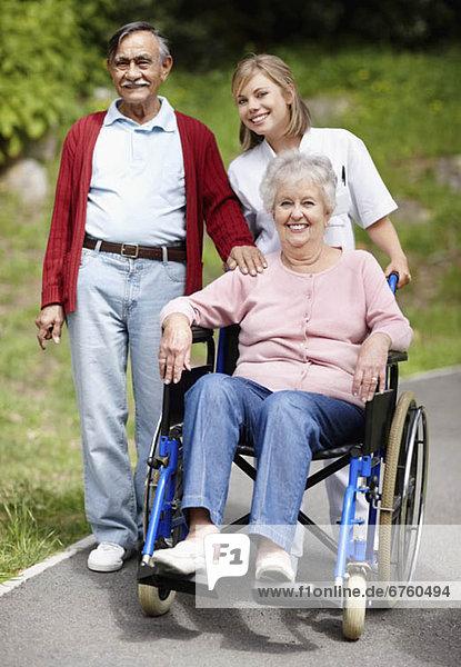 Senior  Senioren  Frau  schieben  Rollstuhl