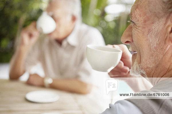 Senior Senioren Mann 2 trinken Kaffee