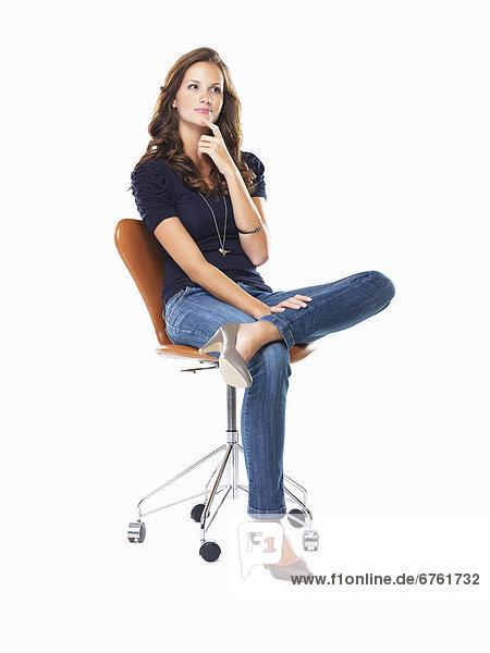 sitzend junge Frau junge Frauen Stuhl denken schießen Studioaufnahme