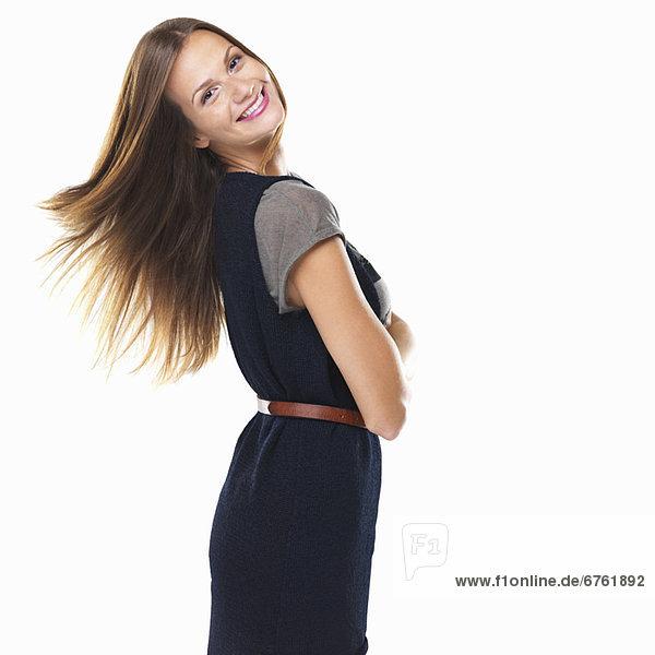 stehend  Portrait  Frau  lächeln  gefaltet  hübsch
