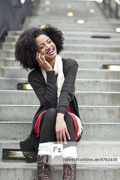 Stufe  Vereinigte Staaten von Amerika  USA  Handy  sitzend  Frau  sprechen  Kurznachricht  jung  Seattle  Washington State