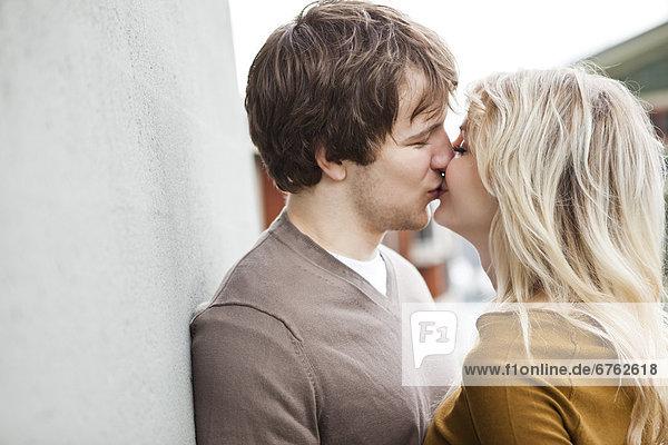 Junges Pärchen beim Küssen