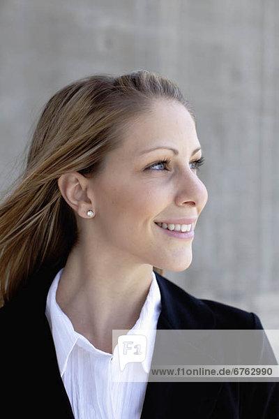 Außenaufnahme  Geschäftsfrau  lächeln  freie Natur