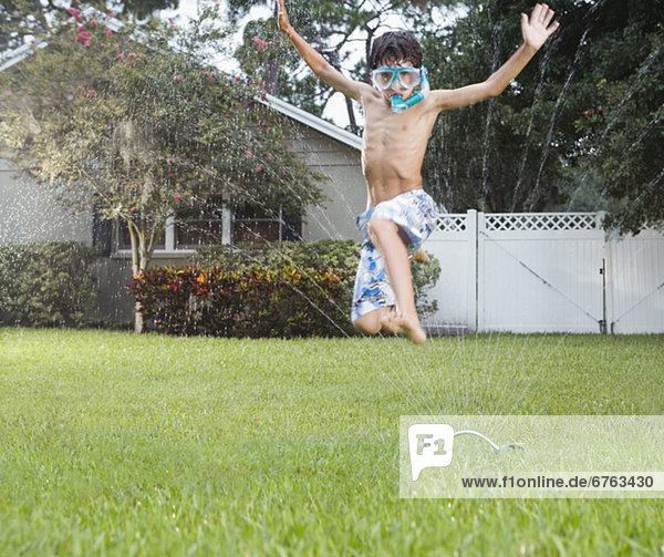 Junge - Person Rasensprenger springen