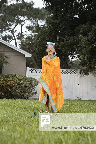 Junge - Person Handtuch Rasen umwickelt