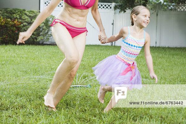 rennen Rasensprenger Tochter Mutter - Mensch