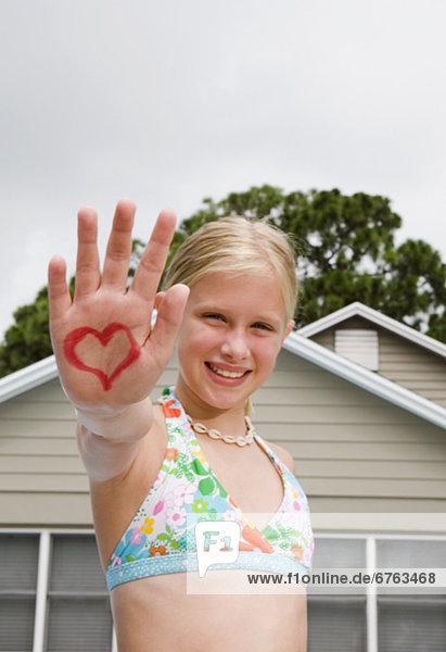 streichen  streicht  streichend  anstreichen  anstreichend  Design  herzförmig  Herz  halten  Mädchen