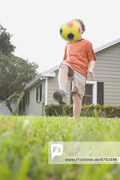 Junge - Person treten Garten Fußball Ball Spielzeug Hinterhof