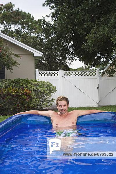 Portrait Mann dippen aufblasen Schwimmbad