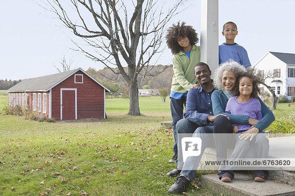 Familie sitzen auf der Veranda
