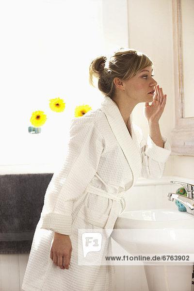 Vereinigte Staaten von Amerika  USA  Frau  Morgen  Mittelpunkt  Erwachsener  Dallas  Texas  Toilette