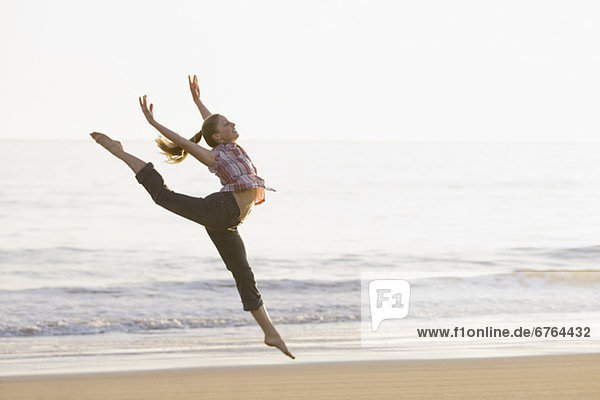 Frau Tanz am Strand
