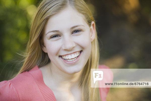 Eine Frau lächelnd Außenaufnahme
