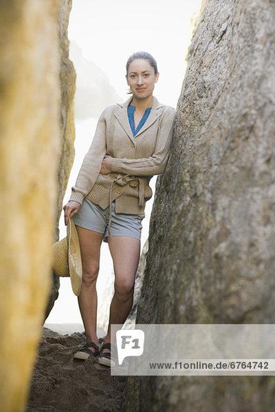zwischen  inmitten  mitten  Felsbrocken  stehend  Frau  Wand  2