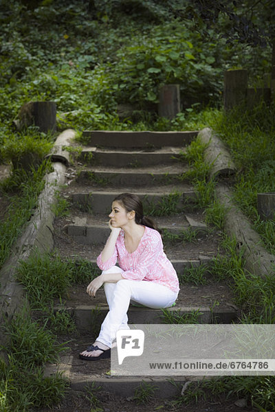 Außenaufnahme  sitzend  Frau  Treppenhaus  freie Natur