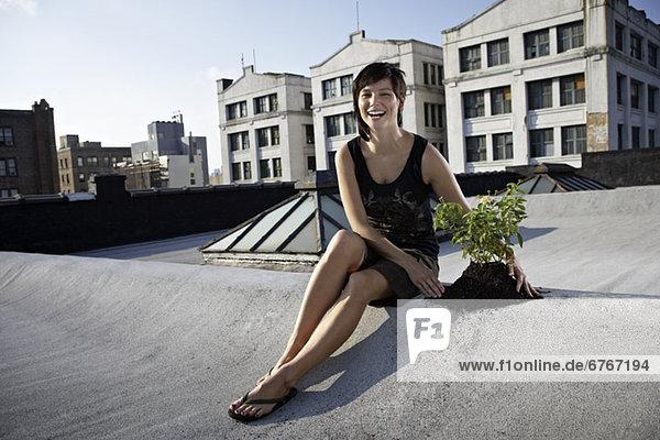 Espe  Populus tremula  Dach  sitzend  nebeneinander  neben  Seite an Seite  Frau  Bäumchen