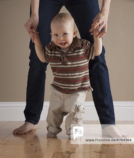 Kleinkind erste Schritte