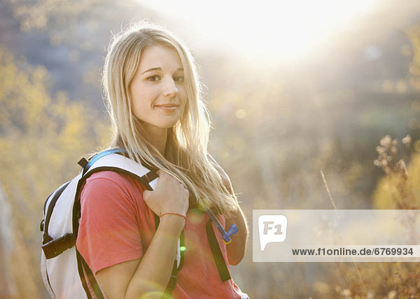 Vereinigte Staaten von Amerika  USA  Portrait  Frau  Wald  wandern  jung  Utah