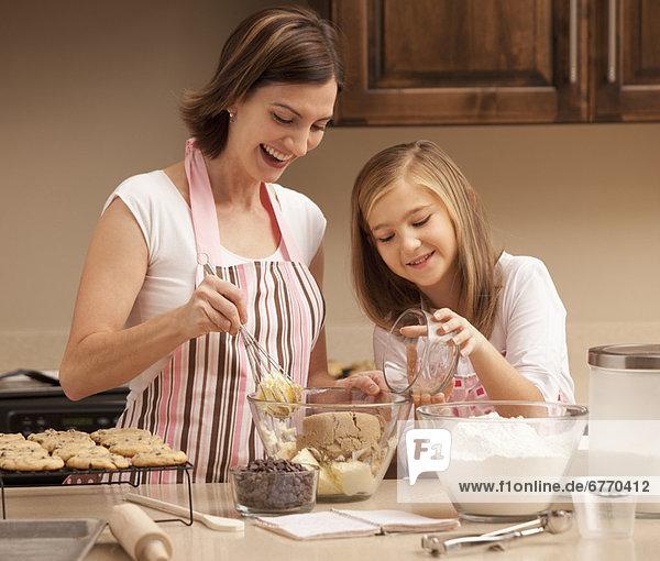 Küche backen backend backt Tochter 10-11 Jahre 10 bis 11 Jahre Mutter - Mensch