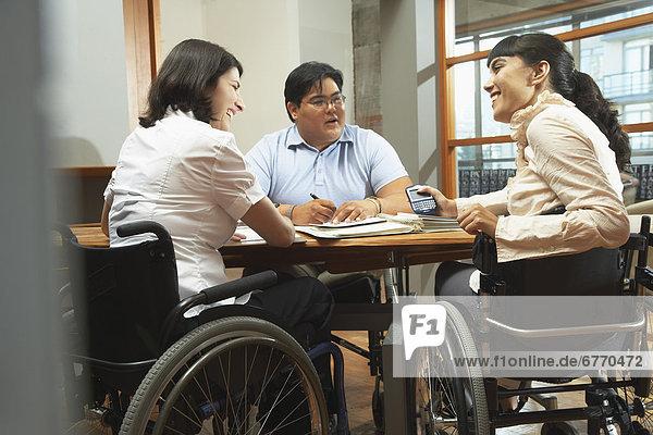 Behindertensport  Mensch  Menschen  Geschäftsbesprechung  Besuch  Treffen  trifft  3  Behinderung  Business