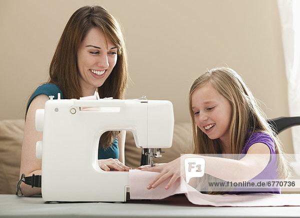 Vereinigte Staaten von Amerika  USA  benutzen  Frau  Maschine  jung  5-9 Jahre  5 bis 9 Jahre  Mädchen  nähen  Utah