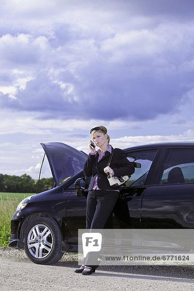 Ländliches Motiv  ländliche Motive  Geschäftsfrau  Auto  Fernverkehrsstraße  Ärger  Manitoba