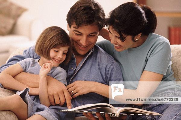 Zusammenhalt  Menschliche Eltern  jung  Tochter  vorlesen
