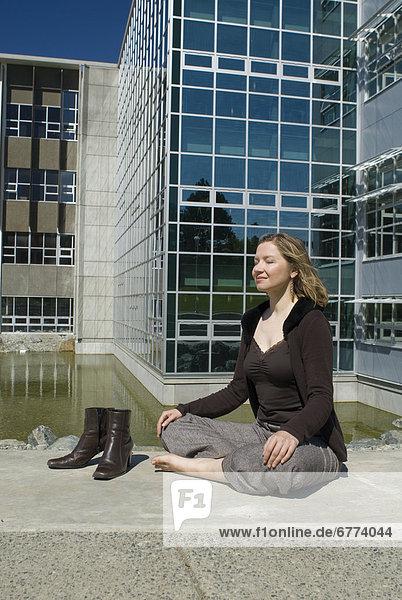 Außenaufnahme  sitzend  Frau  British Columbia  Universität