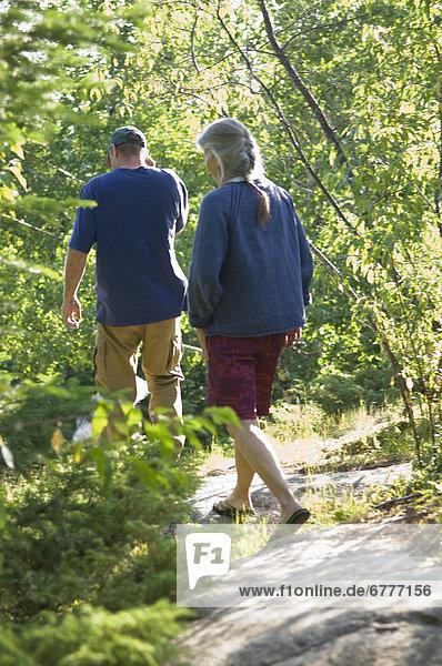 reifer Erwachsene  reife Erwachsene  gehen  folgen  Wald
