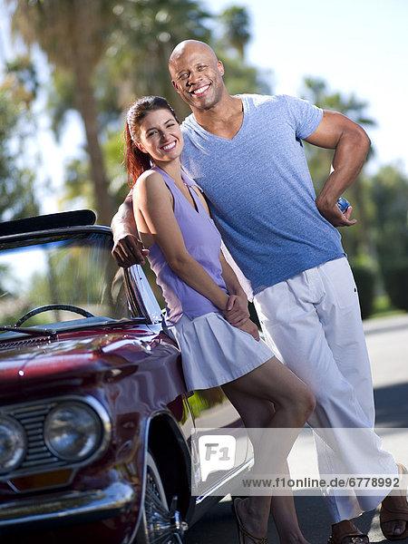 nahe  stehend  Zusammenhalt  lächeln  Auto