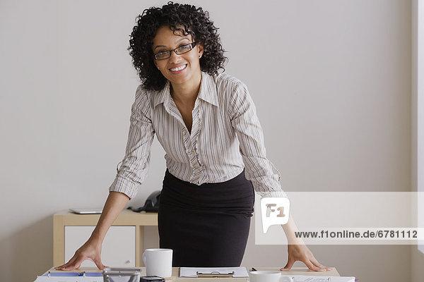 Lächelnde Geschäftsfrau im Büro  Portrait