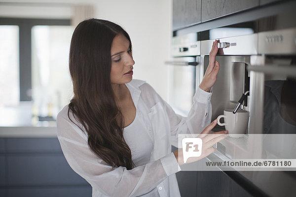 Junge Frau Kaffee