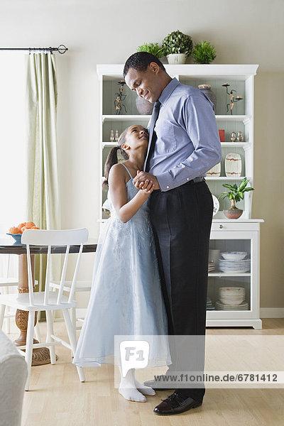 Menschlicher Vater  Küche  tanzen  Tochter  10-11 Jahre  10 bis 11 Jahre