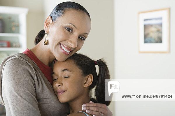 Portrait  umarmen  Tochter  10-11 Jahre  10 bis 11 Jahre  Mutter - Mensch